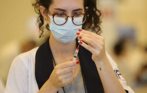 Educação SP anuncia cadastro para iniciar vacinação contra Covid-19 de profissionais que atuam nas escolas